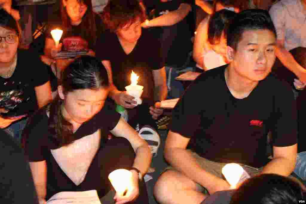 十万港人在维园举行纪念六四26周年烛光晚会(美国之音海彦拍摄)