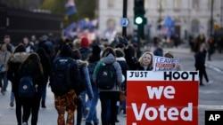 Un manifestant pro-Brexit tient une bannière devant le Parlement à Londres, le mardi 8 janvier 2019. (AP Photo/Matt Dunham)