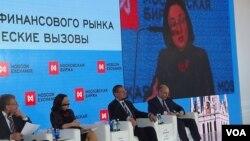 3月27日,莫斯科交易所论坛会议。从左至右:前副总理库德林,中央银行行长纳比乌林娜,经济发展部部长乌柳卡耶夫,财政部长西卢安诺夫。(美国之音白桦 拍摄)