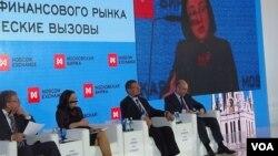 3月27日,莫斯科交易所論壇會議。從左至右:前副總理庫德林,中央銀行行長納比烏林娜,經濟發展部部長烏柳卡耶夫,財政部長西盧安諾夫。 (美國之音白樺 拍攝)