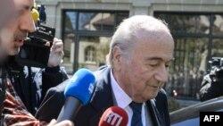 L'ancien président de la FIFA, Sepp Blatter, quitte le Tribunal Arbitral du Sport lors de l'appel de Michel Platini contre son interdiction de six ans pour violations de l'éthique par la FIFA, à Lausanne, le 29 avril 2016.