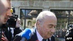 ၿပီးခဲ့ေသာ ဧၿပီလက FIFA မွာ ပါ၀င္ခြင္႔ ၆ႏွစ္ၾကာ ပိတ္ပင္မႈကို အယူခံ၀င္ရန္ ေရာက္လာေသာ ဖီဖာ အၾကီးအကဲေဟာင္း Sepp Blatter ကို တြ႕ရစဥ္။ (ဓါတ္ပံု - AFP PHOTO / FABRICE COFFRINI)