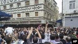 ພວກໄວ້ອາໄລ ຮ່ວມພິທີສົ່ງສະການຂອງພວກປະທ້ວງທີ່ເສຍຊີວິດ ໄປໃນເມືອງ Homs ຂອງຊີເຣຍ ວັນທີ 18 ເມສາ 2011.