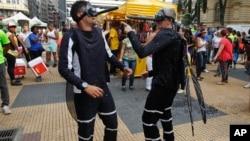 Petugas kesehatan mengenakan kostum nyamuk Aedes aegypti untuk memperingatkan warga bahaya virus zika dalam acara karnaval di Sao Paulo, Brazil, Kamis (4/2).