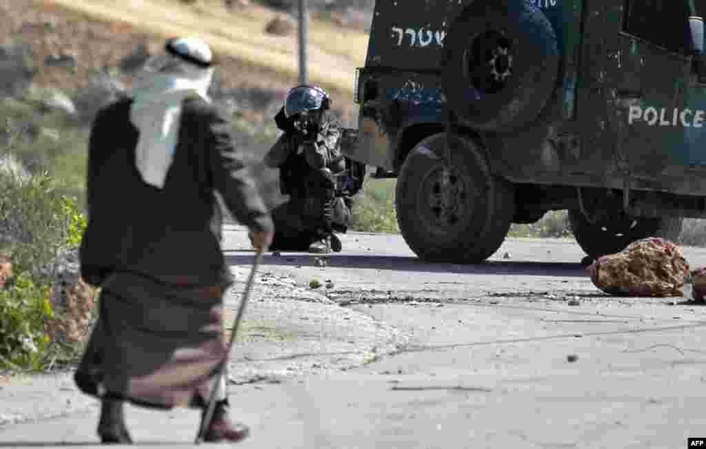 កងកម្លាំងសន្តិសុខប្រទេសអ៊ីស្រាអែលឈរជើងនៅក្នុងពេលប៉ះទង្គិចគ្នាជាមួយពួកបាតុករប៉ាឡេស្ទីន នៅភូមិ Baita ស្ថិតនៅភាគខាងត្បូងនៃក្រុងNablus ក្នុងតំបន់ West Bank។