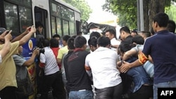 Công an Việt Nam áp giải người biểu tình lên xe sau khi trấn áp một cuộc biểu tình chống Trung Quốc ở Hà Nội hôm Chủ nhật 21/8/11