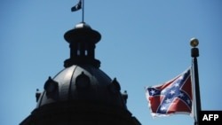 Bendera Konfederasi berkibar di dekat gedung badan legislatif negara bagian South Carolina (19/6). (AP/Rainier Ehrhardt)