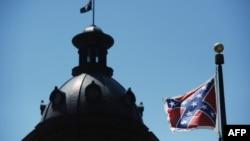 南卡來羅納州哥倫比亞市州議會門前懸掛的邦聯旗幟。