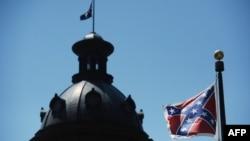 미국 사우스캐롤라이나 주 의회 건물 앞에 걸린 남부연합기. (자료사진)