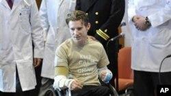 Brendan Marrocco, tentara AS yang kehilangan kedua tangan dan kakinya di Irak, didampingi para ahli bedah di rumah sakit John Hopkins di Baltimore, memberikan keterangan pers terkait transplantasi kedua tangannya, 29 Januari 2013. (AP Photo/Gail Burton).