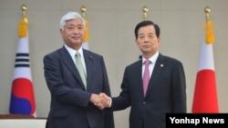 한민구 한국 국방부 장관(오른쪽)과 나카타니 겐 일본 방위상이 20일 서울 국방부에서 한·일 국방장관 회담을 하기에 앞서 악수하고 있다.