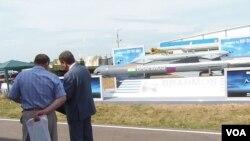 8月俄羅斯國防武器出口展上展出的俄印聯合研製的博拉莫斯巡航導彈。俄羅斯害怕中國影響,但更相信印度。(美國之音白樺攝)