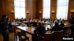 Para perwakilan pihak-pihak yang bertikai di Suriah dalam perundingan dengan Wakil Menteri Luar Negeri AS Wendy Sherman, Duta PBB-Liga Arab Lakhdar Brahimi dan Wakil Menteri Luar Negeri Rusia Gennady Gatilov di Jenewa (13/2). (Reuters/Valentin Flauraud)