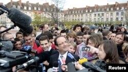 Francois Hollande (tengah) kandidat presiden dari partai sosialis Perancis berbicara kepada media di Virty-Le-Francois (20/4).