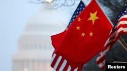 Cờ của Trung Quốc vả Mỹ bay trên Đại lộ Pennsylvania gần tòa nhà quốc hội tại Washington trong chuyến thăm của chủ tịch Hồ Cẩm Đào. Trung Quốc được cho là đang dùng mọi nỗ lực để gây ảnh hưởng tại Hoa Kỳ.
