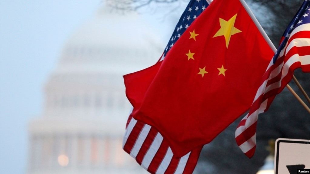 在中國領導人訪美期間,中國國旗與美國國旗在國會山附近的賓夕法尼亞大道上飄揚。 (資料照片)
