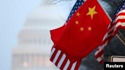 在中国领导人访美期间,中国国旗与美国国旗在国会山附近的宾夕法尼亚大道上飘扬。(资料照片)