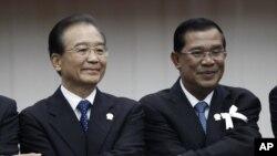Thủ tướng Campuchia Hun Sen (thứ ba từ bên trái) nói ông thích các khoản viện trợ của Trung Quốc hơn các khoản viện trợ của phương Tây vì nó không đi kèm với các điều kiện này nọ