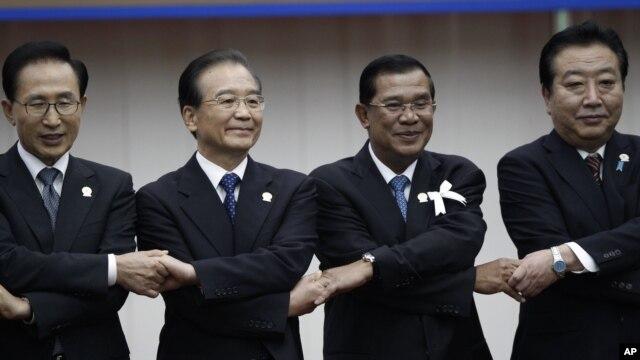 19일 캄보디아 프놈펜에서 열린 아세안 정상회의에서 손을 맞잡은 각국 정상들. 왼쪽부터 이명박 한국 대통령, 원자바오 중국 총리, 훈센 캄보디아 총리, 노다 요시히코 일본 총리.