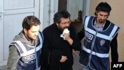 Şubat 2011'de cezaevinden alınarak iki polisin eşliğinde revire götürülen Soner Yalçın(Arşiv foto)