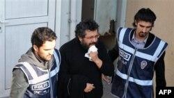Cảnh sát hộ tống nhà báo Soner Yalcin, giữa, ở Istanbul, Thổ Nhĩ Kỳ, 17/2/2011