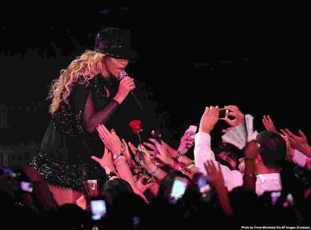 Beyoncé se acerca y canta hacia el público en el concierto que ofreció en Las Vegas.