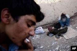 تعدادی از افراد معتاد در شهر کابل