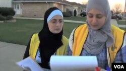 穆卡海尔(左)走家串户鼓励穆斯林参加美国选举