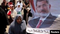 2일 무슬림 형제단과 무함마드 무르시 전 대통령의 지지자들이 이집트 슈브라에서 행진하고 있다.