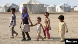 Anak-anak berjalan di sebuah kamp untuk pengungsi Yaman di Marib, Yaman, 8 Maret 2020. (Foto: Reuters).