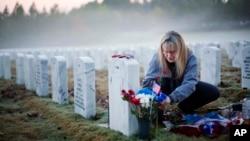 2015年11月11日美國退伍軍人節﹐一位女士於喬州國家公墓為2009年在伊拉克犧牲的兒子獻花。