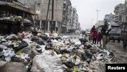 Một con đường đầy rác ở Aleppo, Syria, 5/1/2013