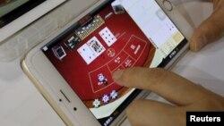 스마트폰 사용자가 온라인 도박의 한 종류인 바카라 게임을 하고 있다. (자료사진)