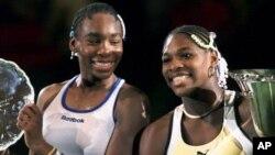 Venus Williams, kiri, bersama saudara perempuannya Serena akan memimpin tim Piala Fed AS dalam babak penyisihan Grup Dunia di Delray Beach tanggal 20-21 April (foto: Dok).
