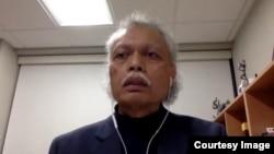 Prof. Teruna Siahaan ketika sedang memberi kuliah secara daring dari Kansas ke Indonesia. Pandemi memungkinkan perkuliahan di mana dosen ada di AS dan mahasiswa di Indonesia. (foto: courtesy)
