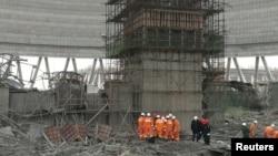 24일 중국 장시성 펑청의 발전소 공사 붕괴 사고 현장에서 구조대원들이 수색 작업을 벌이고 있다.