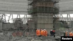 Regu penyelamat tengah berupaya melakukan pencarian korban di lokasi robohnya konstruksi menara pendingin PLTN di Fengcheng, provinsi Jiangxi, China, (24/11).