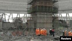 24일 중국 장시성 펑청 시의 화력발전소에서 냉각탑 건립 공사 도중 붕괴 사고가 발생해 구조대가 출동했다.