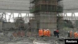 Petugas penyelamat mencari korban di lokasi rubuhnya menara pendingin sebuah pembangkit listrik di Fengcheng, provinsi Jiangxi, China Kamis (24/11).