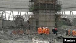 Nhân viên cứu hộ tại hiện trường vụ tai nạn nhà máy điện ở Phong Thành, tỉnh Giang Tây, Trung Quốc, 24/11/2016.