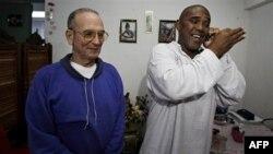 Nhân vật bất đồng chính kiến Cuba Angel Moya (phải) chuyện điện thoại sau khi được ra khỏi nhà giam