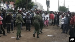 Petugas mengamankan warga pasca meledaknya granat di sebuah gereja di Nairobi, Kenya (29/4). Serangan granat sering terjadi di negara ini sejak pengiriman pasukan ke Somalia Oktober tahun lalu.