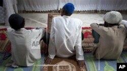 Umat Islam di Gressier, Haiti, mendengarkan khutbah Jumat di Masjid Al-Fattah. (AP Photo/Dieu Nalio Chery)