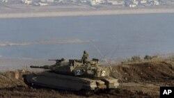 Tentara Israel berdiri di atas tank mengawasi perbatasan di Dataran Tinggi Golan (foto: dok).