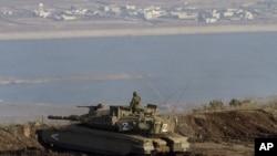 一名以色列坦克士兵在邊境附近站崗, 俯視對開戈蘭高地的敘利亞城鎮 (資料照片) (AP Photo/Ariel Schalit)