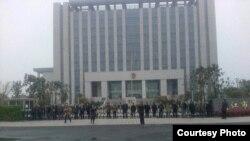 律師與公民在江蘇靖江人民法庭外要求釋放被拘律師(網絡圖片/劉衛國律師提供)