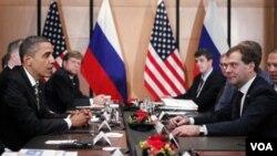 Presiden AS Barack Obama bertemu dengan Presiden Rusia Dmitry Medvedev (kanan) pada pertemuan KTT APEC di Yokohama, Jepang.