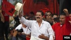 Mantan Presiden Manuel Zelaya (tengah) melambai ke arah pendukungnya di Tegucigalpa, Honduras (28/5).