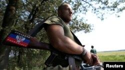 8月4日,乌克兰亲俄罗斯的分离武装的一个战士在顿涅茨克附近的一个村庄的检查站站岗。