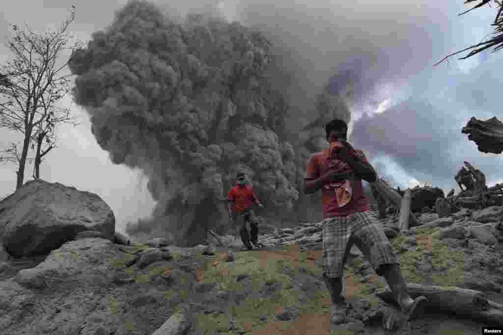 인도네시아 북부 수마트라 섬의 시나붕 화산이 분출한 후, 주변 마을이 재로 덮여있다.